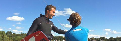 Kitesurfen leren bij Kitesurfschool KiteMobile betekend  altijd gediplomeerde instructeur, kitesurfles in 2 tallen en nieuwste North kiteboarding materiaal