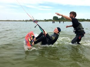 waterstarten kitesurfen bij kitesurfschool in Workum, Friesland