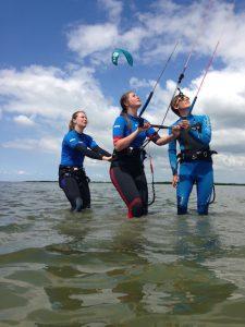 Kitesurfles in ondiep water van het IJsselmeer