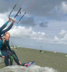 Kitesurfen met de instructrice van kitesurfschool kitemobile in Workum