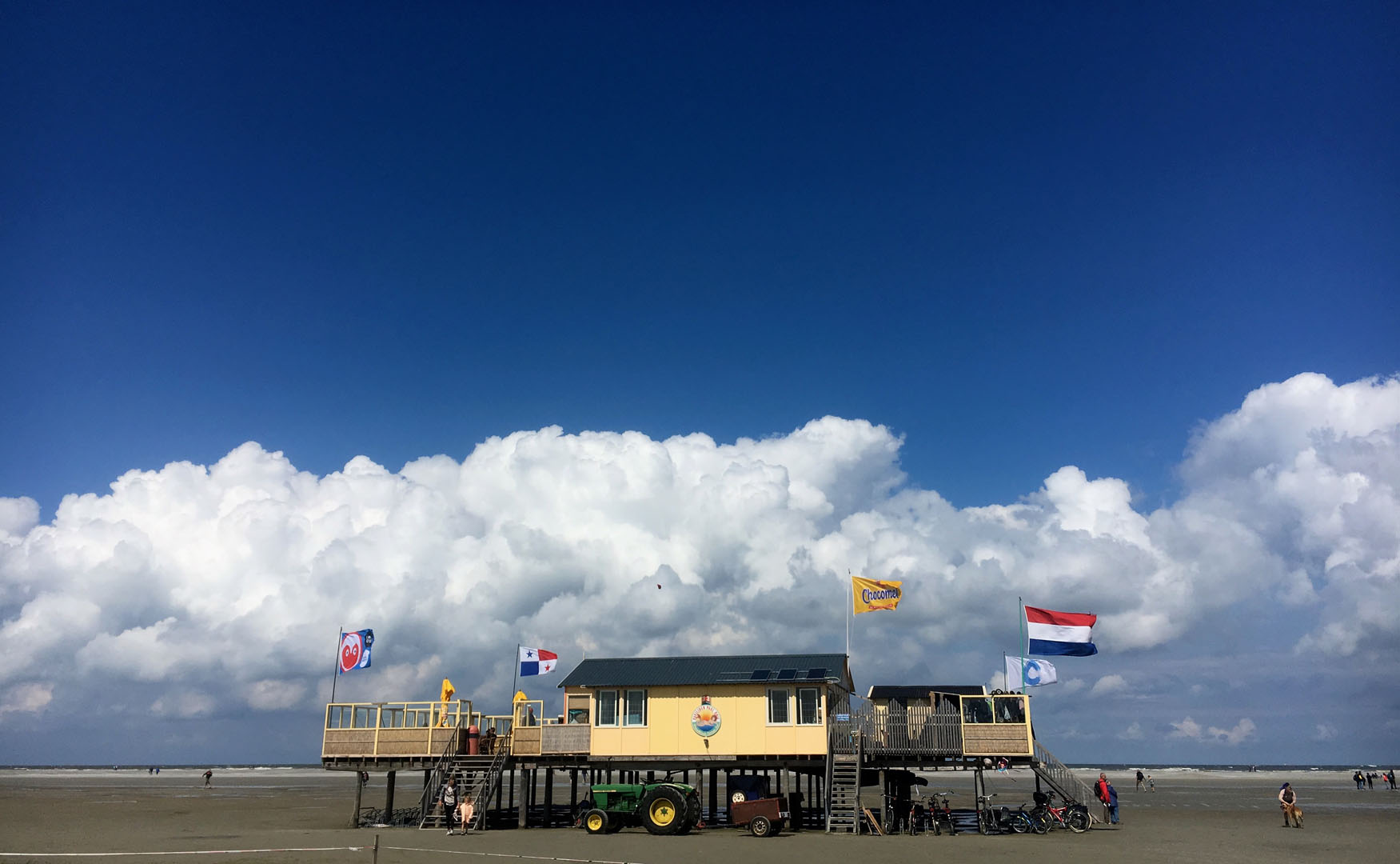 paal 3 schiermonnikoog met stapel wolken