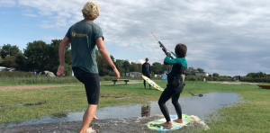 kitesurfen_in_een_regenplas_workum_friesland