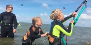 2 kinderen zijn aan het kitesurfen