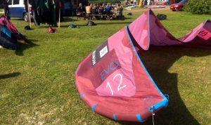 North kitesurf kite ligt op de grond voor de 2e hands verkoop