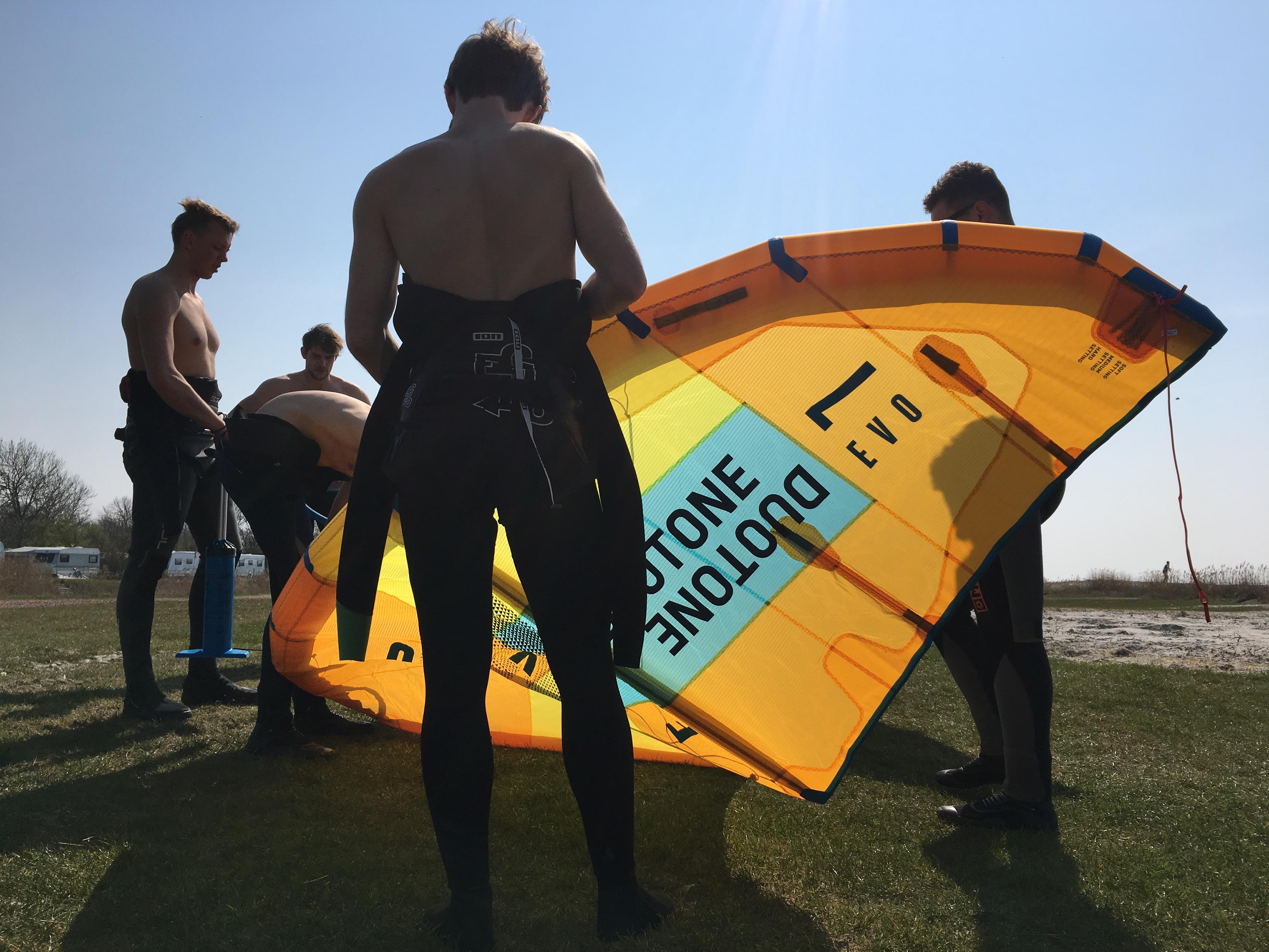 optuigen kitesurf set tijdens een kitesurfles in Workum