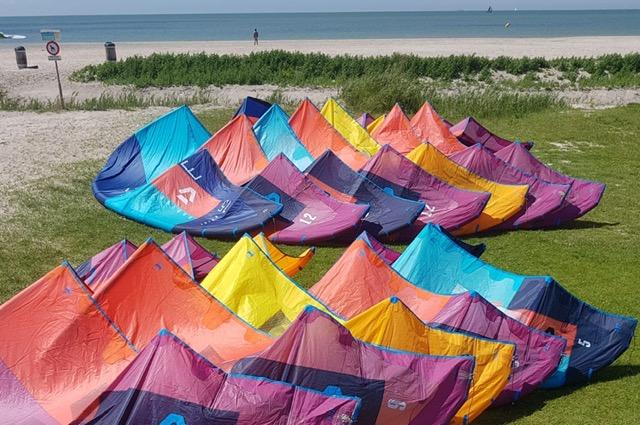 Duotone kitesurf kites liggen op het strand