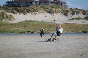 jongen landboarden op wadden eiland