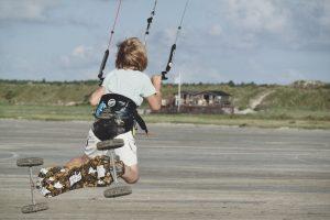 jongen spring met powerkite in Friesland